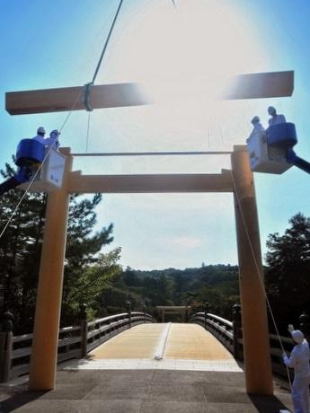 伊勢神宮宇治橋前の大鳥居完成「なぜ、遷宮後すぐ新しい鳥居ができないか?」