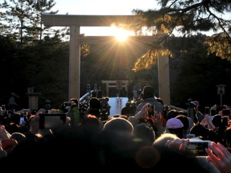 冬至の日に伊勢神宮内宮宇治橋前新しい大鳥居中央から「ご来光」