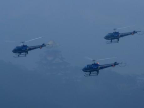 陸自明野ヘリ16機による編隊飛行-新年初訓練、雨で絶好の訓練日和に