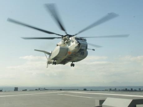 伊勢湾で大規模機雷処理訓練-海上自衛隊の掃海艇22隻(写真は掃海母艦「ぶんご」からEODを乗せて飛び立つヘリコプターMH-53E)