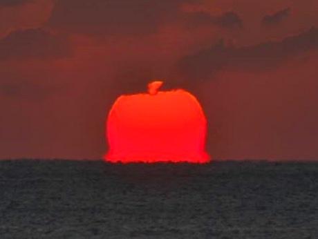 「真っ赤な巨大リンゴ」水平線から現る-志摩半島の海岸から観測、「リンゴ飴」にも見える(撮影=向井正明さん)