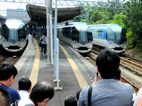 近鉄の人気列車「しまかぜ」全3編成が賢島に勢ぞろい 人気未だ衰えず