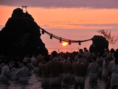 くっきりと見えるのは20年ぶり。夏至の日に、太陽と富士山と夫婦岩重なる 二見興玉神社でみそぎ(2015年6月22日4時45分撮影)
