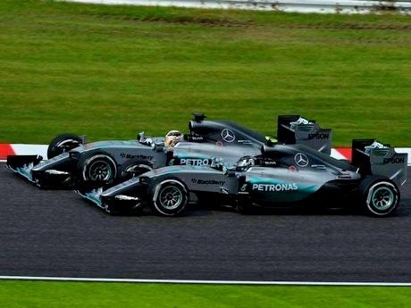 F1日本グランプリ閉幕、優勝はメルセデス・ルイス・ハミルトン選手(撮影=加藤直人)スタート直後のハミルトン選手(奥)とロズベルグ選手(手前)のバトル