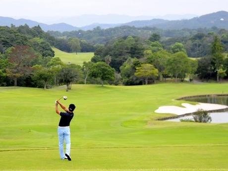 志摩・合歓の郷ゴルフ場がリニューアル アジアナンバーワンのリゾート目指す(1番ホールからは世界遺産・熊野古道につながる山々の稜線が目の前に広がる)