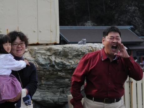 二見興玉神社の夫婦岩に向かって愛を叫ぶ「めおチュー」、いい夫婦の日に