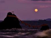 Xマスに二見興玉神社・夫婦岩の真ん中から満月 平和への祈り人類共通の思い