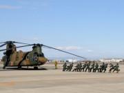 約15トンの輸送ヘリ、13人の新成人自衛官が素手で引く、陸自明野駐屯地