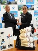 伊勢志摩サミット応援 岐阜県郡上産杉の割り箸5万膳、志摩市に贈呈