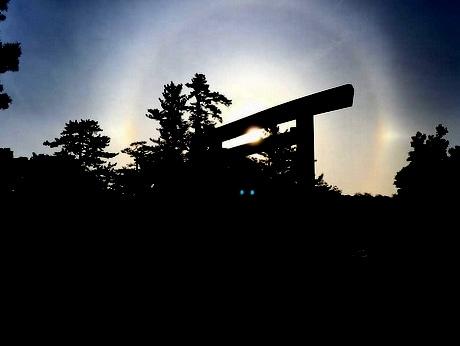 伊勢神宮内宮に架かる宇治橋・鳥居に大きな光の輪 風日祈祭の日に