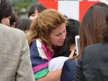 伊勢志摩サミット、首脳配偶者らミキモト真珠島へ カナダ首相夫人小学生とハグ(写真=宮本隆介)