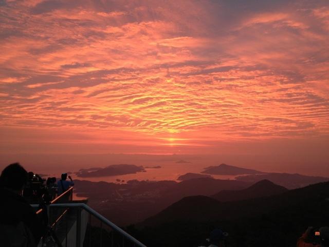 夏至の日に、伊勢志摩最高峰・朝熊岳山頂から富士山と朝日重なる(写真は2013年6月23日撮影「天地開闢」)