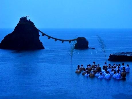 二見興玉神社で夏至祭 夫婦岩の前の海でみそぎ、今年は大雨で富士も朝日も出ず