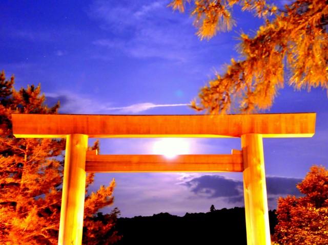 夏至に「伊勢神宮宇治橋前から月」「二見興玉神社夫婦岩から太陽」、冬至にはその逆の謎