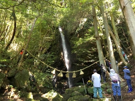 年に一度しか行けない伊勢神宮の森の中にある大滝、祭りが存続の危機に