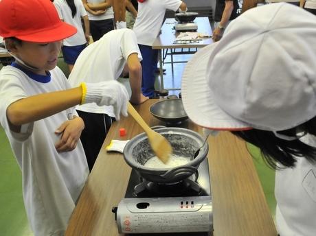 南伊勢町の小学5年生、平家の塩作りや伊勢マグロのエサやり体験