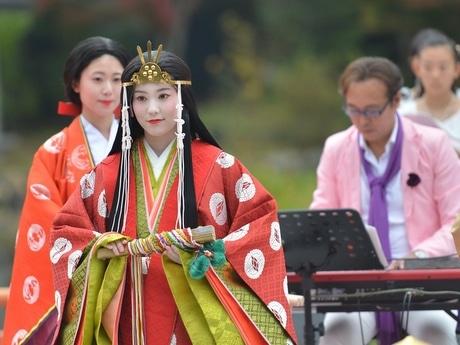伊勢神宮で音楽家・長岡成貢さんが奉納演奏 斎王の祈り、700年ぶりにつなぐ(中央=斎王さまとキーボードを引く長岡成貢さん)