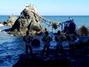 二見興玉神社「夫婦岩」の大しめ縄の張り替え、新年に向け新しく