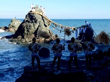 二見興玉神社「夫婦岩」の大しめ縄の張り替え、新年に向け新しく(写真提供=二見興玉神社)