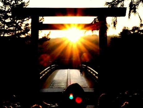 冬至に伊勢神宮内宮宇治橋前の大鳥居中央から「ご来光」
