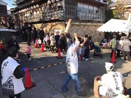伊勢おはらい町、観光客2000人に餅振る舞い 災害時炊き出し想定した訓練兼ね(写真=宮嶋浩一)