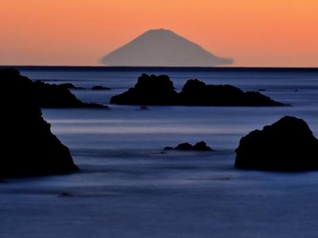 伊勢志摩からしか見ることができない「宙に浮く富士山」「初日の出」と共に元旦に(写真=「千鳥ケ浜から拝る富士山」12月15日6時10分撮影泊正徳)