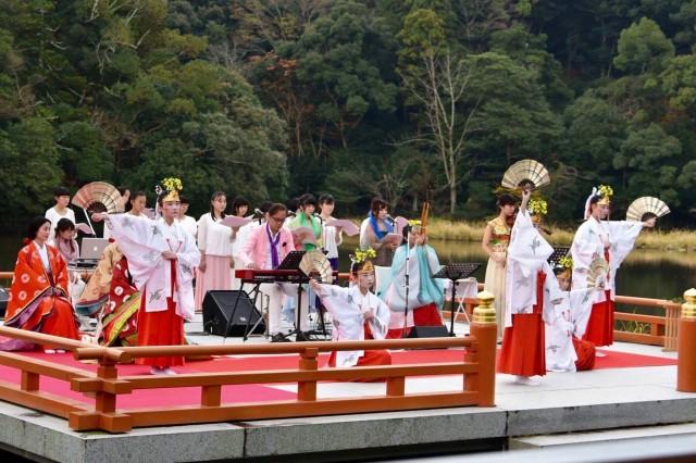 三重県明和町観光大使がSMAPの創生期を下支え 音楽家の長岡成貢さん(中央のピンクのジャケットを着た男性が長岡成貢さん)