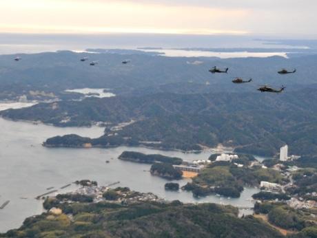 伊勢・陸上自衛隊航空学校、ヘリコプター13機による年頭編隊飛行訓練