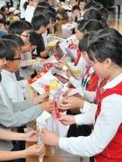 中国四川省・児童4000人のマンモス校と伊勢・修道小の児童が交流