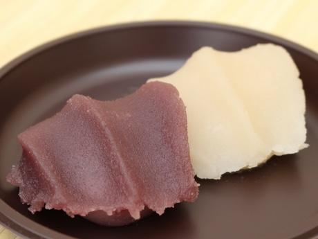 お菓子博限定販売の「白い赤福餅」 通常の赤福餅と目隠し味比べ、3割が不正解