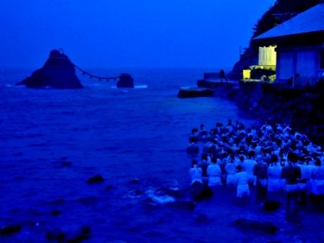 大風と大雨の夏至祭 二見興玉神社・夫婦岩の海の中で200人みそぎ