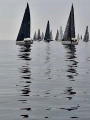 無風の外洋ヨットレース、南伊勢町から江の島へ 歩く速度より遅く