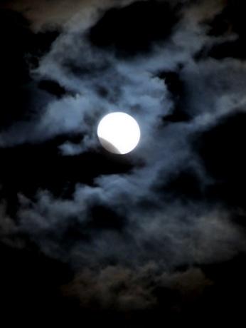 部分月食、台風のあと雲の切れ間から 三重県「さいくう平安の杜」上空で