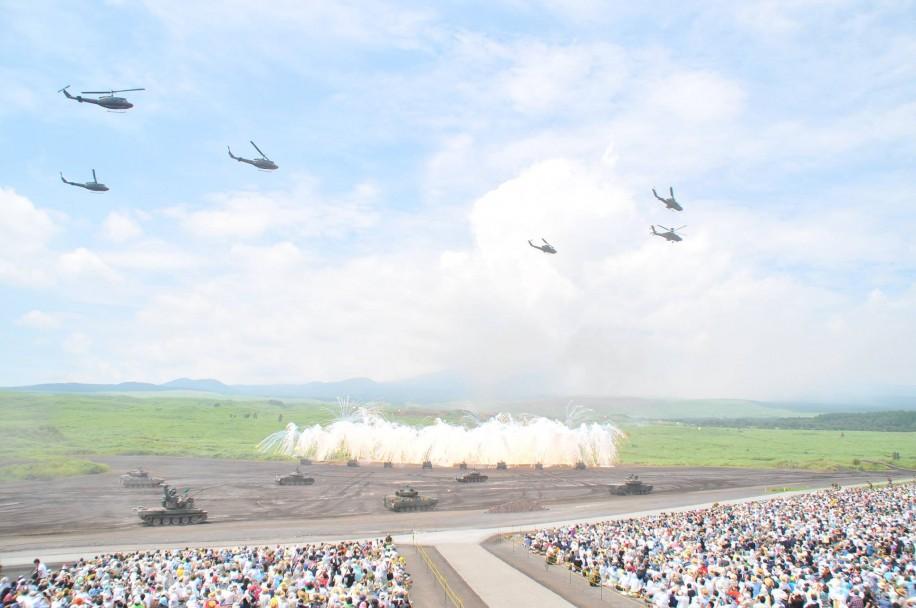 富士山麓の陸上自衛隊の実弾射撃訓練「総火演」に伊勢・明野からもヘリ8機