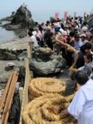 伊勢・二見興玉神社の夫婦岩に新しいしめ縄 参拝客と一緒に張り替え作業