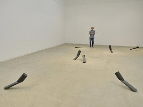 伊勢現代美術館で彫刻家の岡本敦夫さんの展覧会 水が無いのに「水を彫る」
