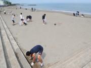 ハッシュタグ「#二見浦ビーチクリーン大作戦」で呼びかけ二見中卒業生らが浜掃除