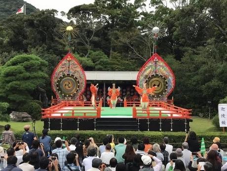 伊勢神宮内宮神苑で「秋の神楽祭」 秋空の下、特設舞台で優雅に