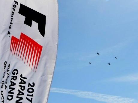 陸自明野ヘリコプター4機がF1日本GP、鈴鹿サーキットコース上空飛ぶ