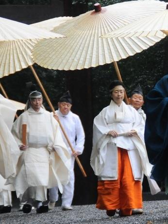 伊勢神宮黒田清子祭主、初奉仕の神嘗祭は3日間「お清めの雨」(左=小松揮世久大宮司)