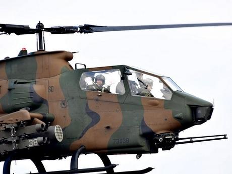 日本初の女性戦闘ヘリパイロット、笑顔でピンクの猫の手振る 伊勢・陸自「航空祭」で(写真=宮嶋浩一)