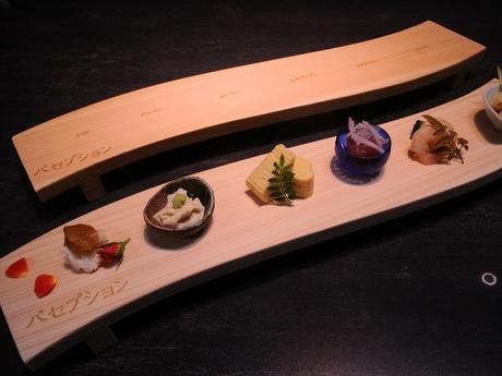伊勢の創作料理店に伊勢弁の記された盛り付け台 尾鷲ヒノキ間伐材で