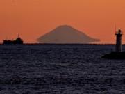 「富士山が宙に浮く季節に」伊勢志摩の早朝の海岸から「エアー富士」くっきり