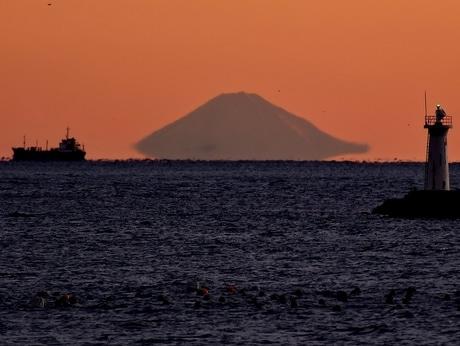 「富士山が宙に浮き上がる季節に」伊勢志摩の早朝の海岸からくっきり
