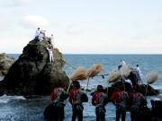 「夫婦岩」もお正月準備、大しめ縄の張り替え 伊勢・二見興玉神社