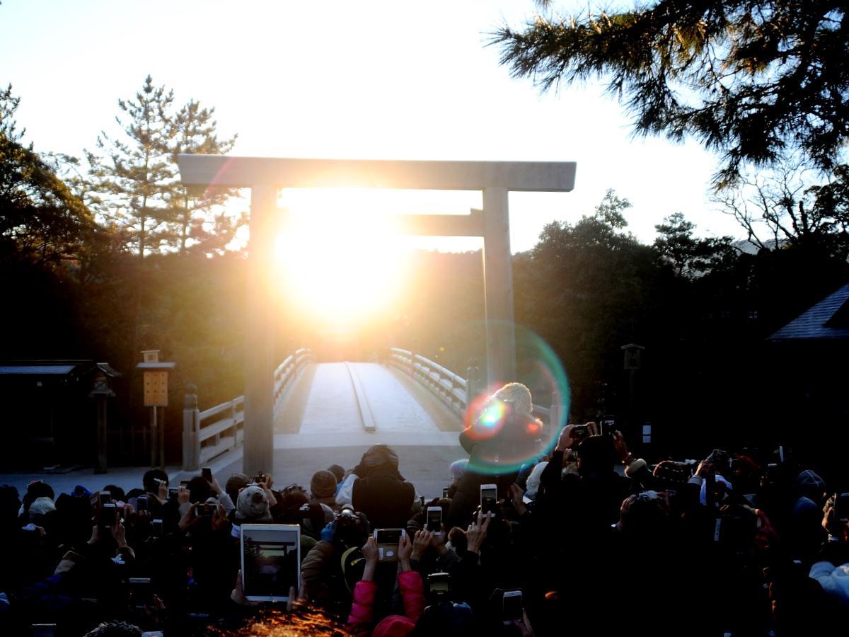 伊勢神宮宇治橋前大鳥居の中央からご来光 「陰極まって陽となる」