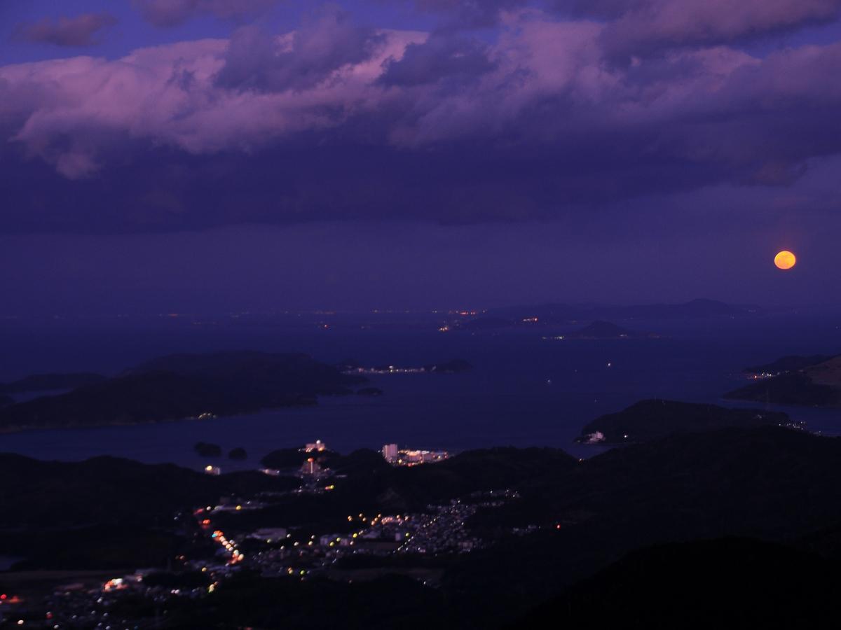 神島とスーパームーンの共演 伊勢湾光る 伊勢志摩スカイライン展望台から