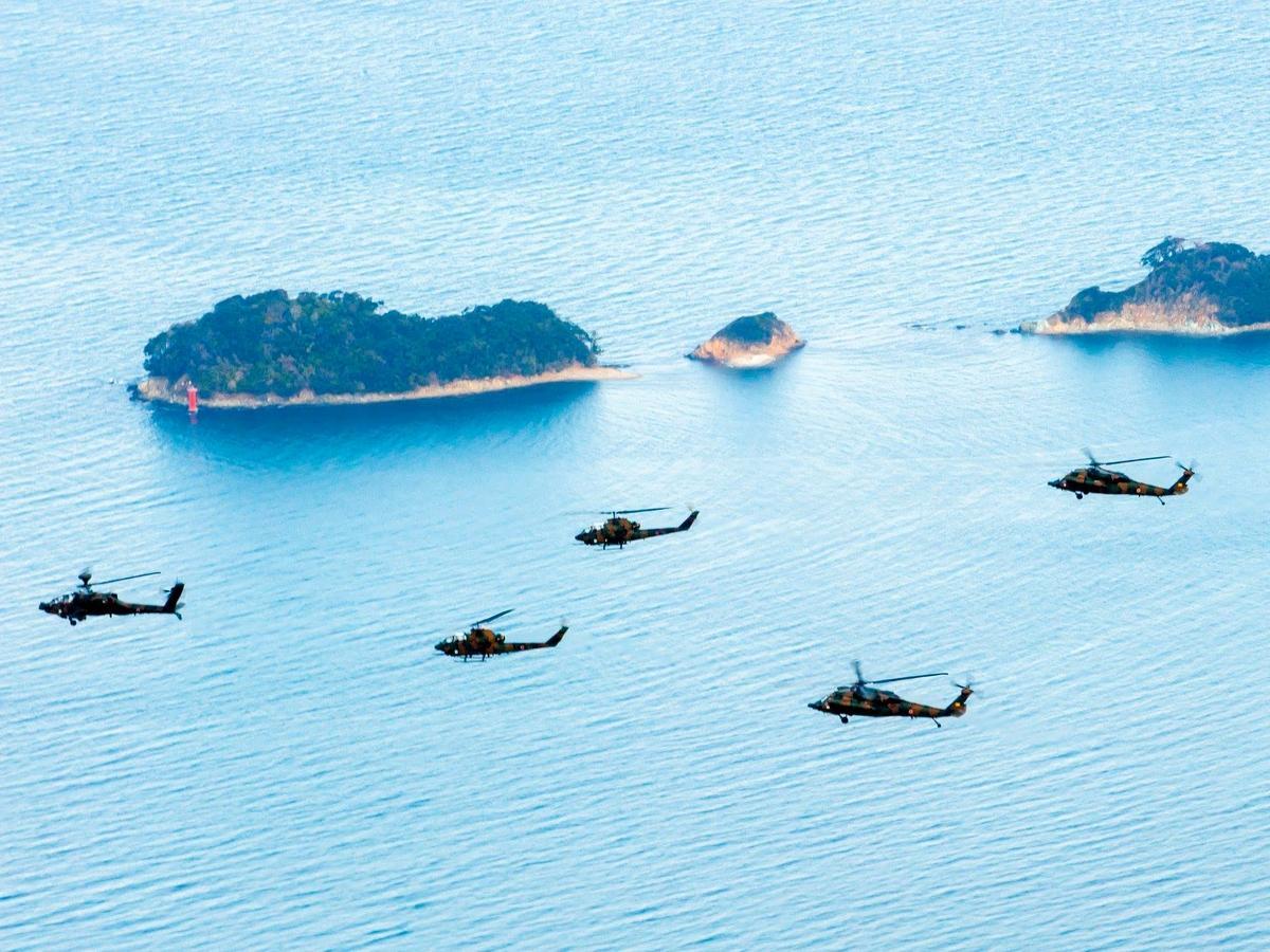 伊勢で陸上自衛隊航空学校ヘリコプター12機による年頭編隊飛行