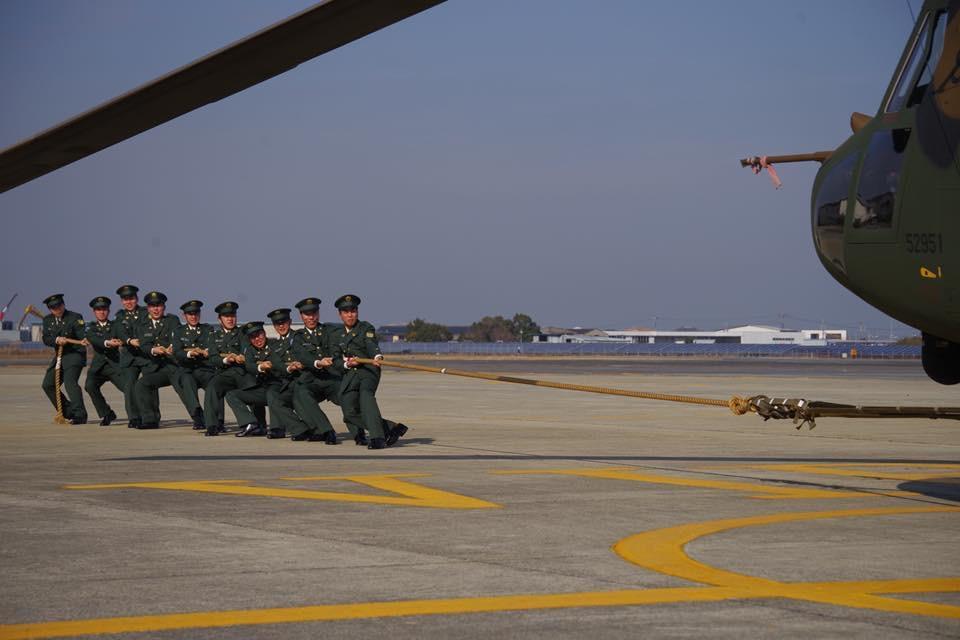 陸自明野駐屯地・航空学校で成人式 15トンの輸送ヘリと綱引き