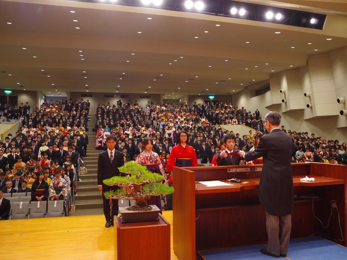 伊勢の皇学館大学で卒業式 699人が巣立つ